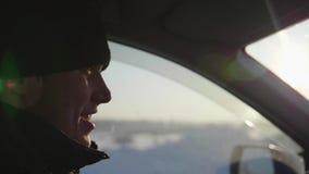 El individuo va en coche en un día soleado Los rayos del ` s del sol pasan a través del vidrio almacen de video