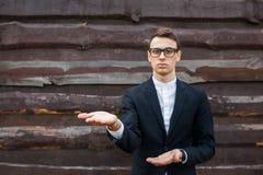 El individuo, varón, hombre, sugiere esa palma extendida Muestra que las manos imagen de archivo