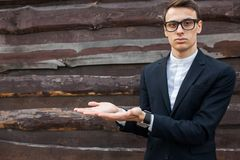 El individuo, varón, hombre, sugiere esa palma extendida Muestra que las manos foto de archivo