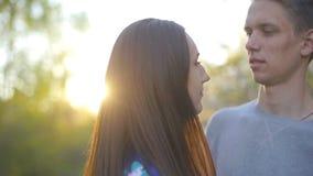 El individuo y la muchacha cari?osos en el verano cultivan un huerto en la puesta del sol almacen de video