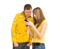El individuo y la muchacha con un teléfono portátil Fotos de archivo libres de regalías