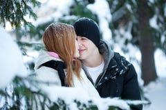 El individuo y la muchacha disfrutan de la caminata del invierno Fotos de archivo libres de regalías