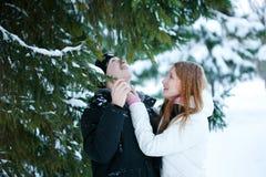 El individuo y la muchacha disfrutan de la caminata del invierno Fotografía de archivo