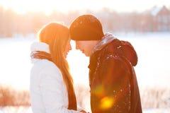 El individuo y la muchacha disfrutan de la caminata del invierno Imagen de archivo