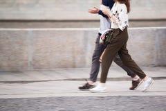 El individuo y la muchacha están caminando alrededor de la ciudad fotografía de archivo libre de regalías