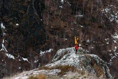 El individuo y la muchacha están viajando en las montañas imagen de archivo libre de regalías