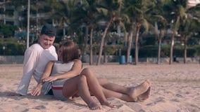 El individuo y la muchacha pasan tiempo en la playa del océano en el centro turístico exótico almacen de video