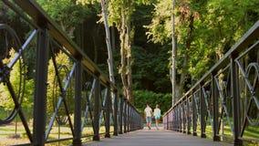 El individuo y una muchacha caminan en el parque almacen de video