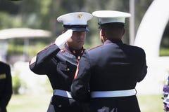 El infante de marina dobla la bandera en la ceremonia conmemorativa para el soldado caido de los E.E.U.U., PFC Zach Suarez, misió Fotos de archivo