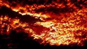 El infierno que sopla ardiendo enciende cinemático épico del lapso de tiempo de las nubes almacen de metraje de vídeo