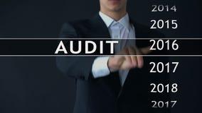 El informe de auditoría 2018, hombre de negocios encuentra datos en el estado financiero del archivo virtual metrajes
