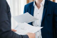 El informe de negocios considera comunicación de la reacción fotografía de archivo