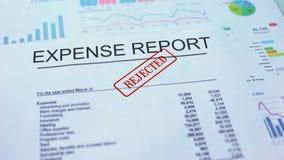El informe del costo rechazó, mano que sellaba el sello en el documento oficial, estadísticas almacen de video