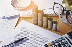 el informe y el concepto de la contabilidad empresarial ahorran el dinero con la pluma caloría Fotografía de archivo