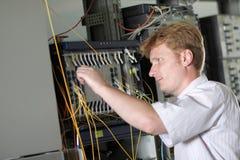 El ingeniero ajusta el multiplexor Imagen de archivo libre de regalías