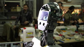 El ingeniero ajusta el robot metrajes