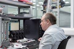El ingeniero conduce una prueba de los módulos electrónicos acabados Laboratorio para probar y el ajuste de electrónico Imagen de archivo libre de regalías