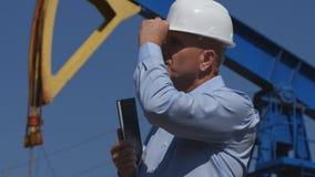 El ingeniero confiado Working del petróleo en la extracción de la comprobación de la industria de petróleo instala imágenes de archivo libres de regalías
