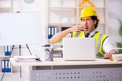El ingeniero de construcción de sexo masculino que trabaja en la oficina foto de archivo libre de regalías
