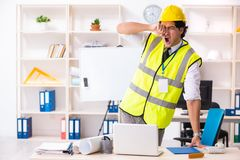 El ingeniero de construcción de sexo masculino que trabaja en la oficina fotografía de archivo libre de regalías