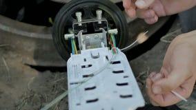 El ingeniero de la comunicaci?n restaura sistemas 4K almacen de metraje de vídeo