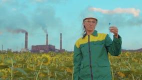 El ingeniero de la mujer hace un análisis del aire, contaminación ambiental del estudio ecológico, emisiones tóxicas almacen de metraje de vídeo