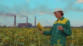 El ingeniero de la mujer hace un análisis del aire, contaminación ambiental del estudio ecológico, emisiones tóxicas almacen de video