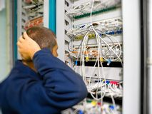 El ingeniero de la red soluciona el problema de comunicación Imagen de archivo