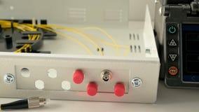 El ingeniero de las comunicaciones conecta con el servidor de red metrajes