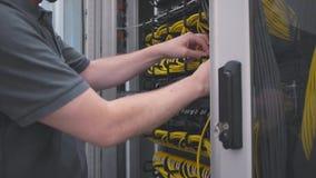 El ingeniero de las TIC abre el estante del servidor almacen de metraje de vídeo