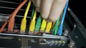 El ingeniero de las TIC enchufa el cable metrajes