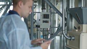 El ingeniero de proceso incorpora datos o índices en el smartphone, empresa moderna metrajes