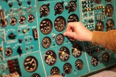El ingeniero de vuelo cambia el vaso imagenes de archivo
