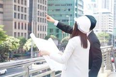 El ingeniero del hombre de negocios y de la mujer está trabajando junto a AR localiza el trabajo Fotografía de archivo