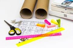 El ingeniero del lugar de trabajo tiene los modelos, tijeras, reglas, etiqueta engomada foto de archivo