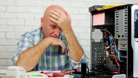 El ingeniero del trastorno en un centro de cálculo gesticula decepcionado