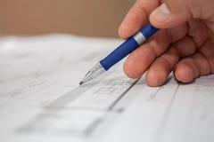 El ingeniero dibuja el foco selectivo del lápiz Fotos de archivo libres de regalías