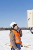 El ingeniero eléctrico examina la línea eléctrica Fotografía de archivo
