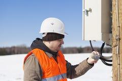El ingeniero eléctrico examina líneas eléctricas Fotografía de archivo libre de regalías