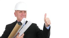 El ingeniero en una reunión con proyectos a disposición hace los pulgares para arriba y sonríe feliz metrajes