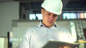 El ingeniero está utilizando Tablet PC en fábrica aeroducto de un sistema de la HVAC Tubos de aire para condicionar y ventilación almacen de metraje de vídeo