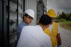 El ingeniero jefe escucha plan del proyecto de construcción Imagenes de archivo