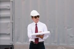 El ingeniero Manager con el sombrero de seguridad está trabajando en el trabajo del sitio Imágenes de archivo libres de regalías