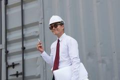 El ingeniero Manager con el sombrero de seguridad está trabajando en el trabajo del sitio Fotografía de archivo