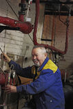 El ingeniero mayor sonriente del hombre comprueba el equipo Fotos de archivo libres de regalías