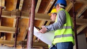 El ingeniero o el arquitecto que discute la construcción publica con el colega almacen de video