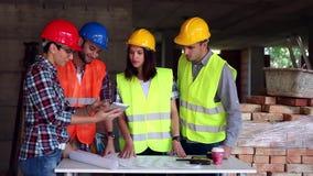 El ingeniero o el arquitecto que discute la construcción publica con los colegas almacen de metraje de vídeo