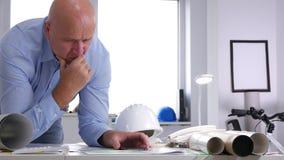 El ingeniero que trabaja con planes y los proyectos estudian y analizan dibujos técnicos almacen de video