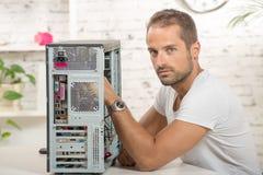 el ingeniero reparó un ordenador Foto de archivo