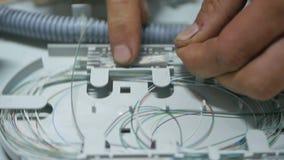 El ingeniero repara el equipo en sitio del servidor metrajes